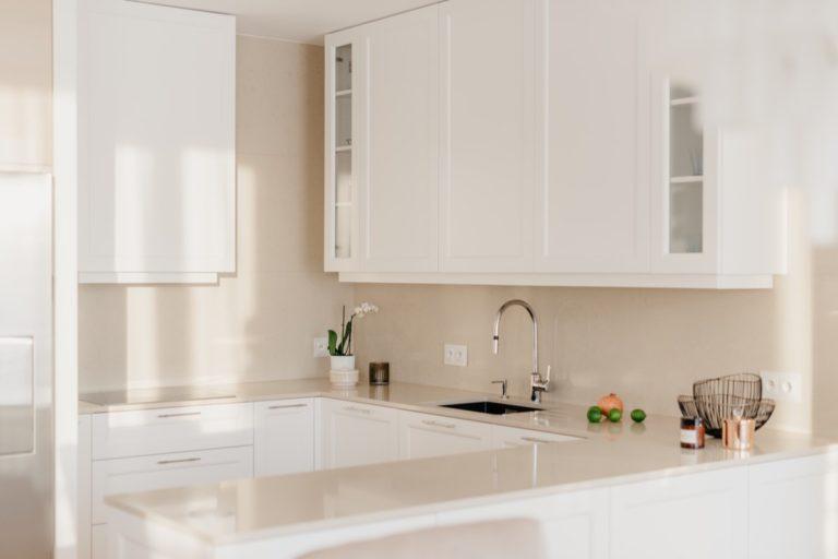 Okap, szafki i zlew w kuchni