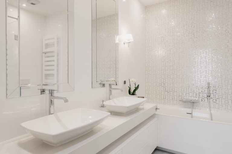 eleganckie umywalki i piękna mozaika nad wanną